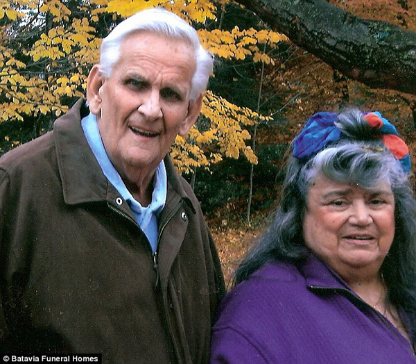 couple-married-for-60-years-die-holding-hands3